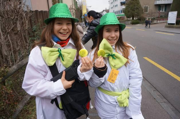 Aliya Kammerer (links) und Michelle Frefel von der Stadtjugendmusik Dietikon verkauften die Fasnachtsplaketten.