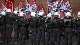 An einer Demonstration in Basel von letztem November versuchte die Polizei, Rechts- und Linksextreme zu trennen. Die rechtsextreme Szene ist laut dem Nachrichtendienst des Bundes im Aufbruch. (Archivbild)