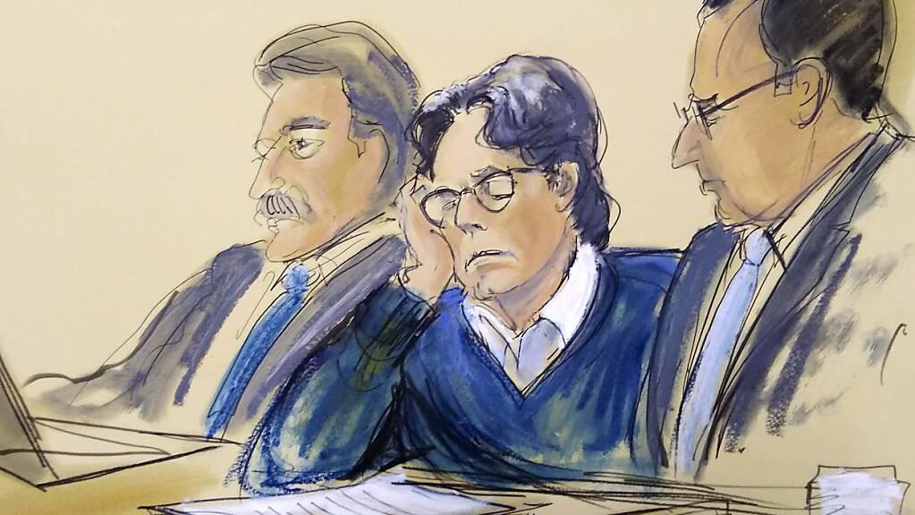 ARCHIV - Die Gerichtszeichnung zeigt Keith Raniere, Gründer eines New Yorker «Sex-Kults», mit seinen Anwälten. Foto: Elizabeth Williams/FR142054 AP/dpa