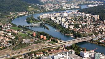 Der Grünstreifen entlang der Schleusen beim Kraftwerk Birsfelden lockt Investoren mit grossen Überbauungsplänen.