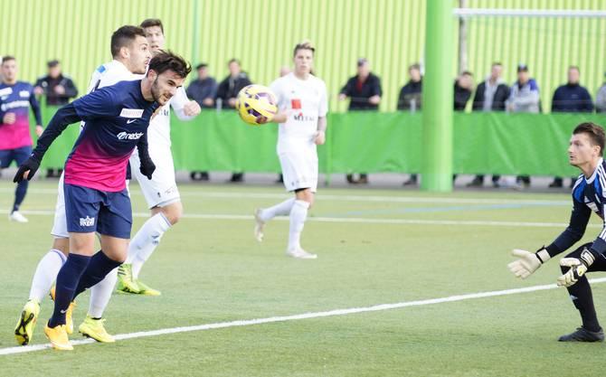 Sadiku trifft gegen Giampa (hinten) und Goalie Tahiraj.