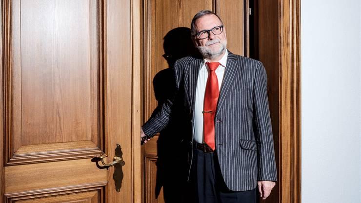 Stadtweibel Toni Aeschbach schliesst die Tür zum Stadtratssaal zum letzten Mal, er geht in Pension.
