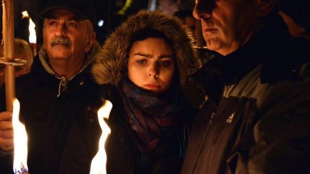 Menschen gedenken mit Kerzen der Opfer in L'Aquila