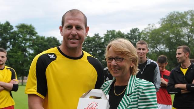 Scott Chipperfield wird von Marianne Hollinger, Gemeindepräsidentin von Aesch, herzlich begrüsst.
