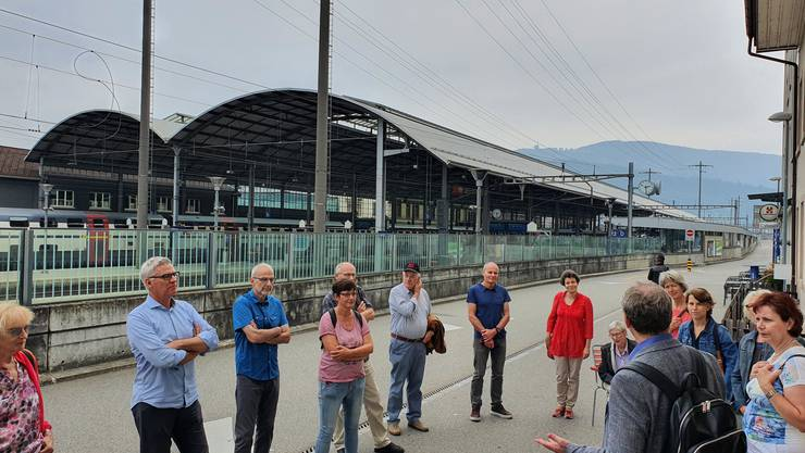 18 Mitglieder und Symphatisanten der SP Starrkirch-Wil vor der Kulisse des Bahnhofs Olten