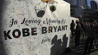 Die Fans von Kobe Bryant gedachten beim ersten Spiel der LA Lakers ihres Superstars, der zusammen mit seiner Tochter bei einen Helikopter-Absturz ums Leben gekommen war. (Archivbild)