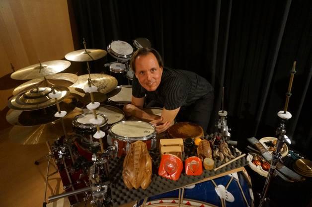 Perkussionist Markus Lauterburg mit seiner Schlagzeugausrüstung, die auch Klanggeräusche erzeugen kann.