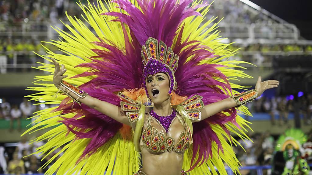 ARCHIV - Eine Tänzerin der Samba-Schule Academicos do Grande Rio tritt im Sambodrom auf. Der weltberühmte Karneval in Rio de Janeiro fällt wegen der Corona-Pandemie in diesem Jahr ganz aus. Foto: Leo Correa/AP/dpa