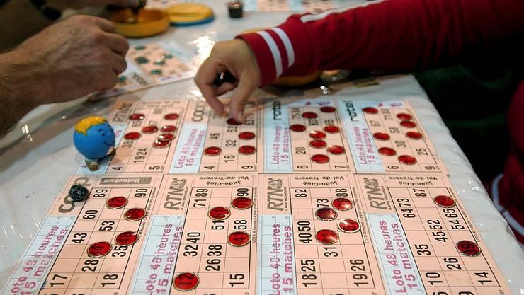 Pures Glück: Wer als Erster die Zahlen auf seiner Spielkarte in einem spezifischen Muster markiert, gewinnt.