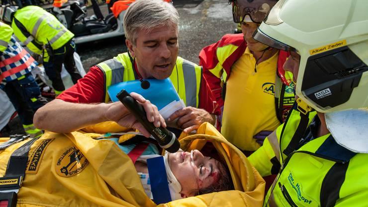 Moderator Fabian Engel interviewt die vermeindlich Verletzte