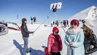 Ausländische Touristen vergnügen sich auf dem Titlis. Der Tourismusverband hat hingegen wenig Grund zur Freude.