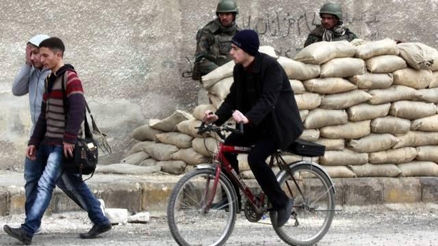 Syrische Bürger und Sicherheitskräfte an einem Checkpoint in Damaskus (Archiv)