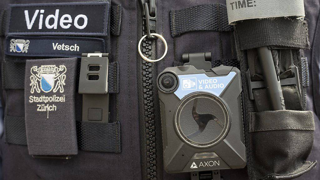 Das Bündner Kantonsparlament hat eine gesetzliche Grundlage geschaffen, damit Polizisten mit Bodycams ausgerüstet werden können. (Archivbild)