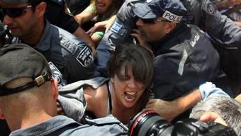 Die Protestanführerin Daphni Leef bei ihrer Festnahme am Freitag (Archiv)