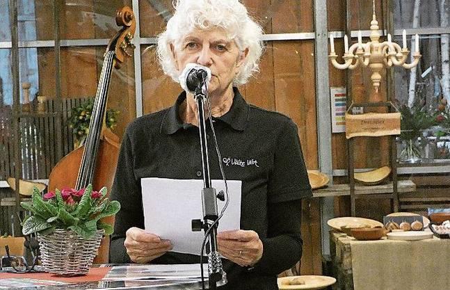 Vreni Klaus, Co-Präsidentin der Kulturvereinigung «Välte läbt», begrüsst die Gäste an der Vernissage.