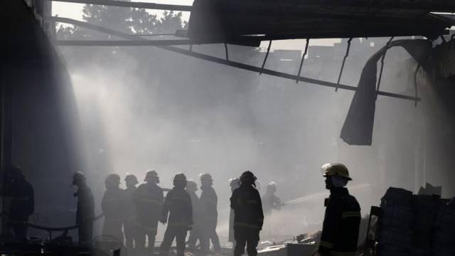 Feuerwehrleute am Ort der Explosion in Guangzhou