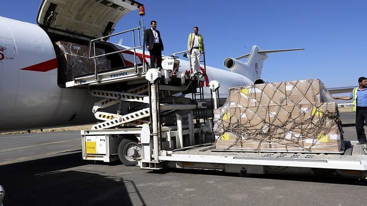 Impfstoffe werden am Flughafen von Sanaa ausgeladen. (Archiv)