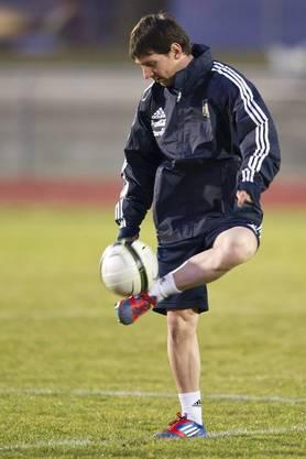 Der Filigrantechniker Messi trotz den kalten Temperaturen im Training