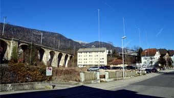 Die Profile südlich des Bahnviadukts weisen auf mehrere Gebäude von beachtlicher Grösse hin.