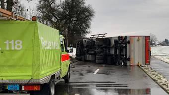 Die Rümlangerstrasse bei Regensdorf musste am Mittwoch gesperrt werden, weil ein Lastwagen umgekippt ist.