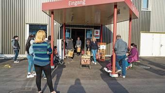Wegen Corona anders: Lebensmittelabgabe bei der Heilsarmee Aargau Süd in Reinach.
