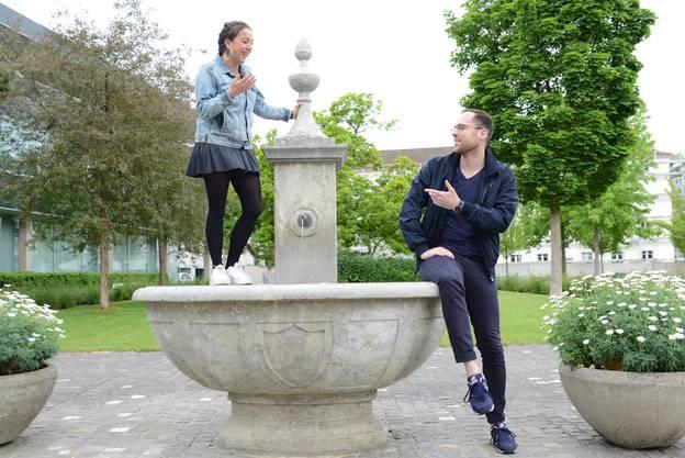 Lina Bolt und Marco Tschudin beim Brunnen, wo die Beiz geplant ist.