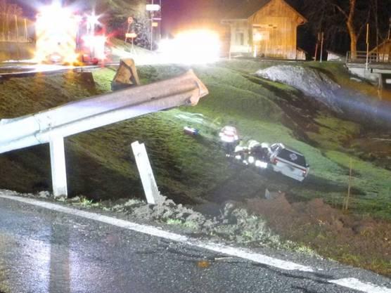 Vorderthal SZ, 14. März: Ein 18-Jähriger durchbrach mitten in der Nacht mit seinem Auto die Leitplanke und fuhr die Böschung hinunter. Der Lenker wurde eingeklemmt und musste schwer verletzt mit der Rega ins Spital geflogen werden. Insgesamt wurden vier Personen verletzt.
