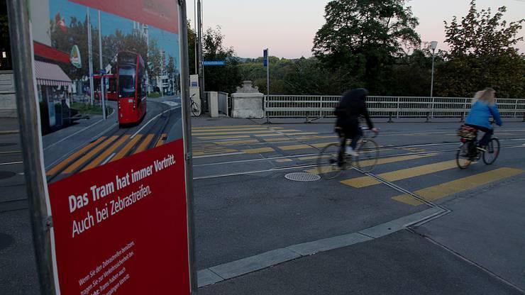 Auch in Bern gibt es Strassenabschnitte mit Mischverkehrslösungen. Wichtig dabei: Das Tram hat immer Vortritt.