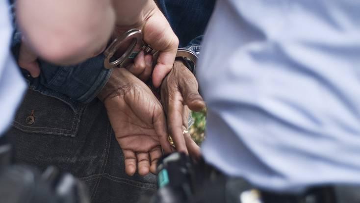 Die Polizei nimmt den 55-jährigen Mazedonier auf einer Baustelle fest. (Symbolbild)