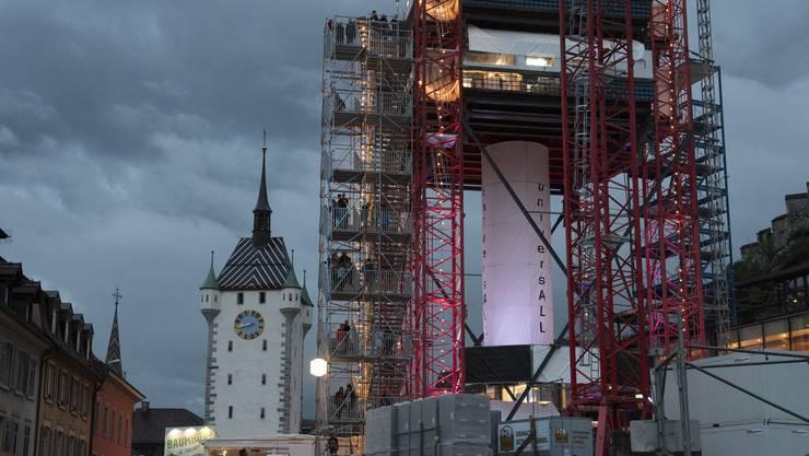 Während der Abenddämmerung ein Plätzchen am Bahnhof West suchen und 2 bis 3 Minuten den Treppenturm der Universall-Beiz auf dem Schlossbergplatz anschauen. Die treppauf und treppab laufenden Festbesucher haben eine meditative und beruhigende Wirkung.