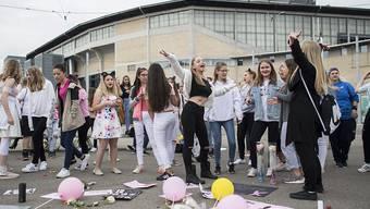 Ballone, Karten, Musik und Tanz: Trotz abgesagtem Konzert versammelten sich an Pfingstmontag rund sechzig Ariane-Grande-Fans vor dem Zürcher Hallenstadion.