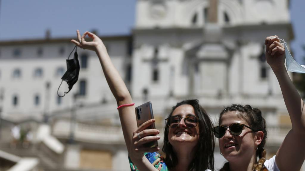 Zwei Frauen machen in Rom ein Selfie. Foto: Cecilia Fabiano/LaPresse via ZUMA Press/dpa