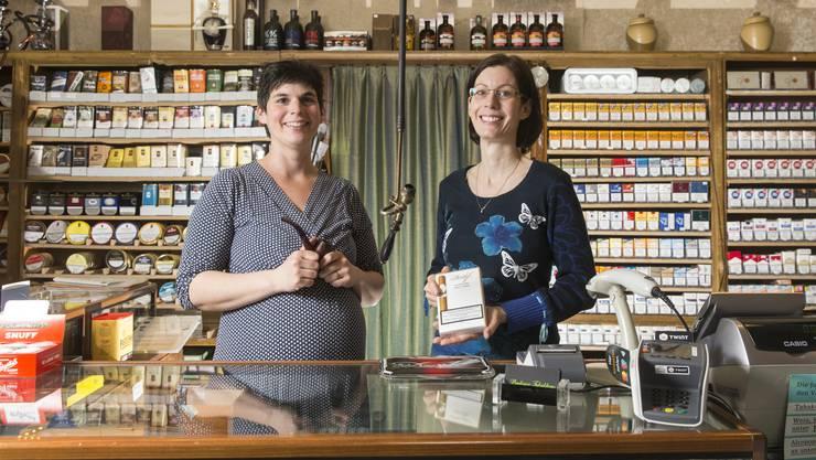 Michèle Clemen links und Denise Werder, beide Nichtraucherinnen, übernahmen das Tabakhaus von ihren Eltern.