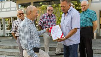 Einige Chübelacker-Bewohner übergaben im August dem Gemeindepräsidenten Mario Okle (parteilos) ihre Petition gegen die Schliessung ihrer Strasse. (Archiv)