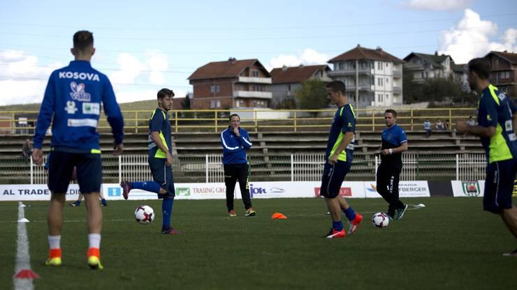 Die Fussballer aus dem Kosovo bereiten sich mit ihrem Trainer Albert Bunjaki (Mitte) auf das Länderspiel morgen Donnerstag gegen Kroatien vor.