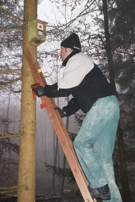 Mario Suter steigt die Leiter empor.