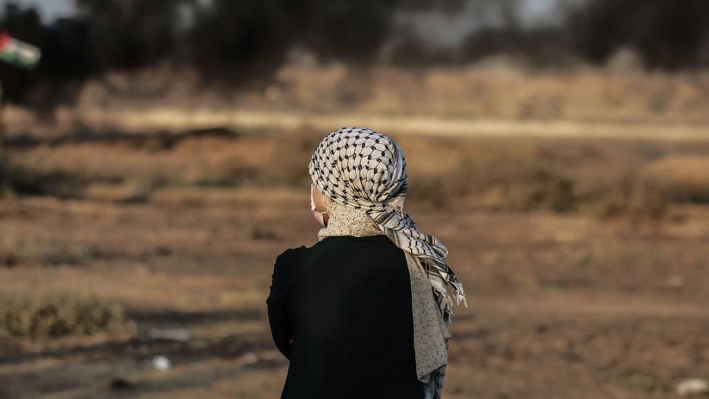Ein palästinensischer Demonstrant nimmt teil an einem Protest entlang des Grenzzauns gegen die israelische Blockade des Küstengebiets.