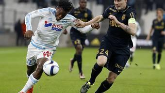 Ausgeglichener Kampf zwischen Marseille (Batshuayi/links) und Monaco (Raggi)