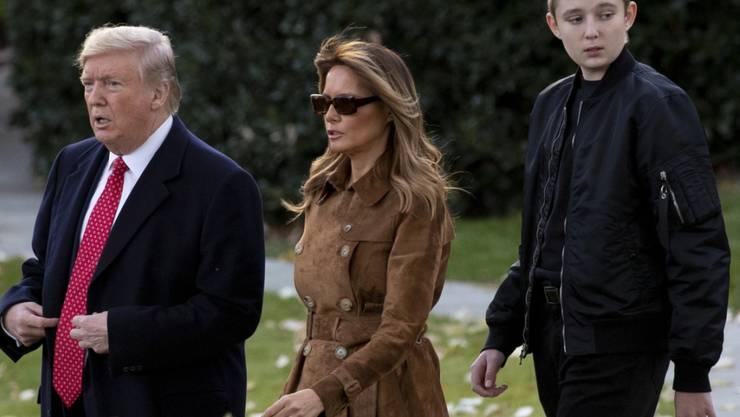 US-Präsident Donald Trump mit First Lady Melania und ihrem gemeinsamen Sohn Barron vor dem Weissen Haus. (Archivbild)