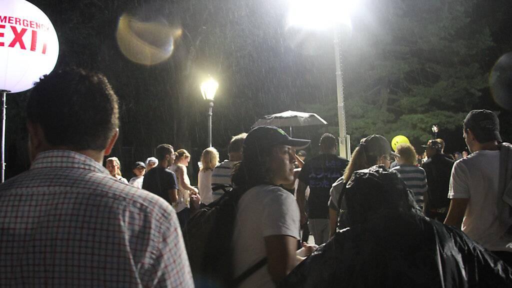 Besucher verlassen das «We Love NYC: The Homecoming Concert» im New Yorker Central Park. Das Konzert wurde wegen eines herannahenden Unwetters mitten in der Show von Barry Manilow abgebrochen. Foto: Niyi Fote/TheNEWS2 via ZUMA Press Wire/dpa