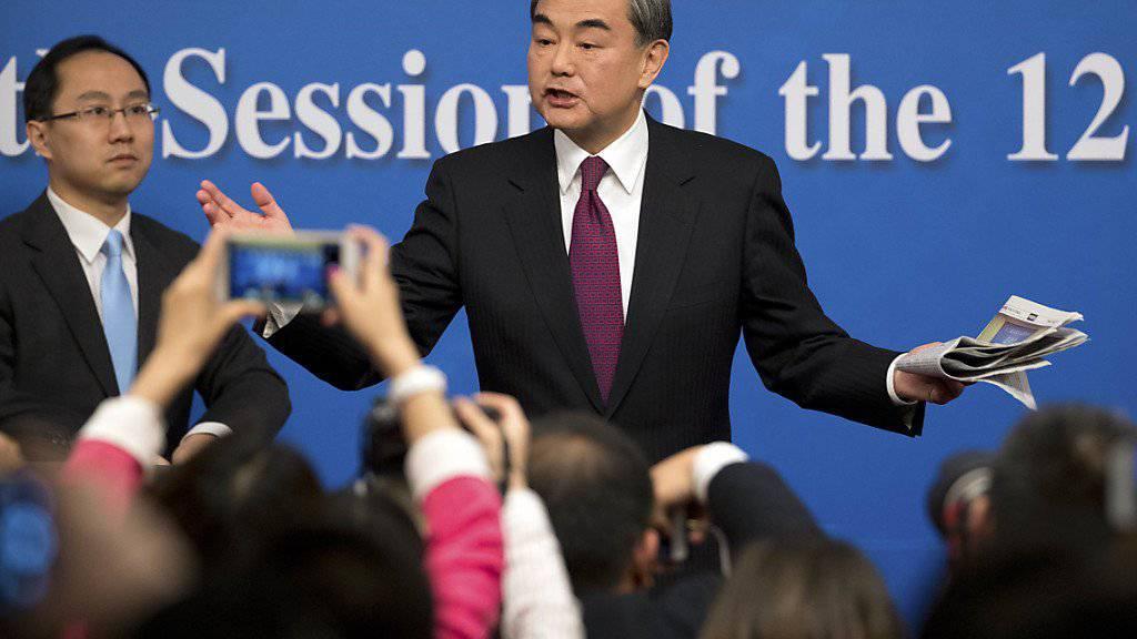 Chinas Aussenminister Wang Yi spricht von zwei Zügen, die aufeinander zufahren und meint damit Nordkorea und die USA.