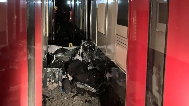 Auto von zwei Zügen eingeklemmt – 41-jährige Frau schwer verletzt