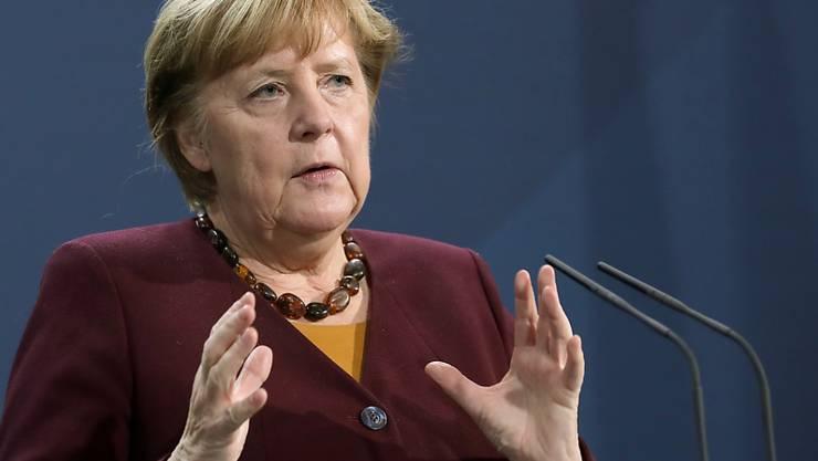 Bundeskanzlerin Angela Merkel (CDU) spricht mit Journalisten nach einem interaktiven Gespräch mit Pflegebedürftigen, ihren Angehörigen und Pflegekräften im Kanzleramt. Foto: Michael Sohn/AP Pool/dpa