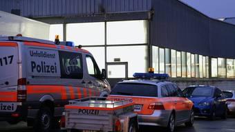 Polizeiautos vor der betroffenen Garage in Triengen