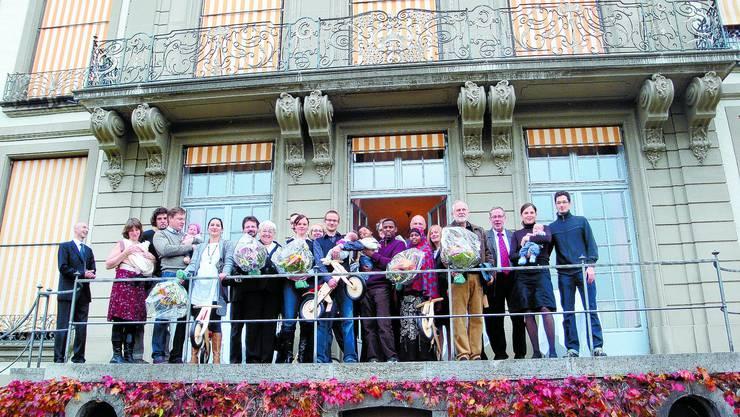 GRUPPENBILD: Diese Neuzuzüger sorgen dafür, dass Bern über 130 000 Einwohner hat und grüssen mit dem Stapi vom Balkon des Erlacherhofs. KAS