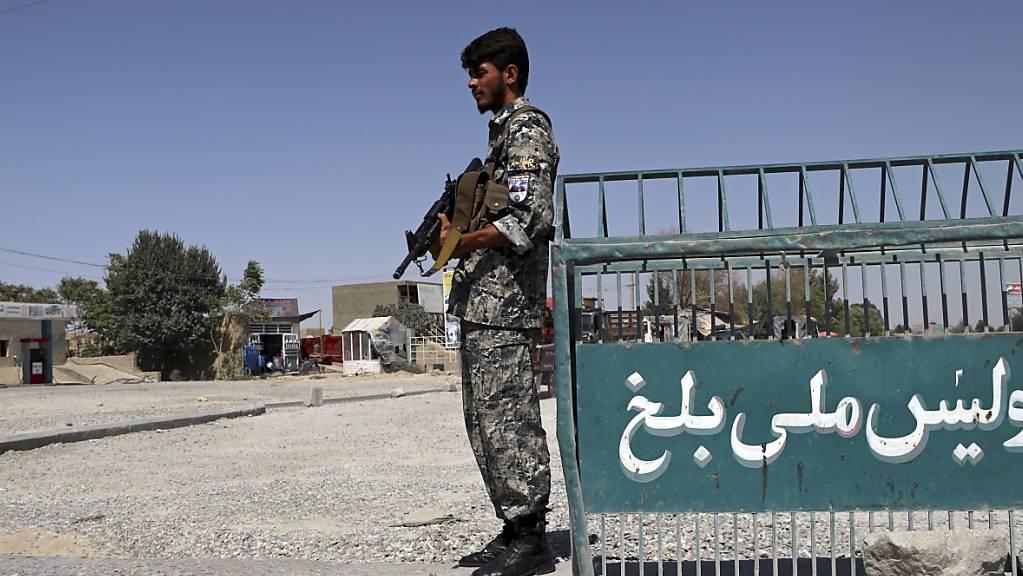 Ein afghanischer Polizist steht am Stadtrand von Masar-i-Scharif Wache. Die militant-islamistischen Taliban nähern sich zunehmend Masar-i-Scharif im Norden Afghanistans. Am Dienstag habe es Gefechte in circa 20 Kilometer Entfernung von der Stadt gegeben, sagte die Parlamentarierin Saifura Niasi. Foto: Mirwais Bezhan/AP/dpa