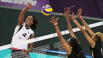 Volero-Topskorerin Kenia Carcaces (l.) bei einem Smash (Bild: FIVB)