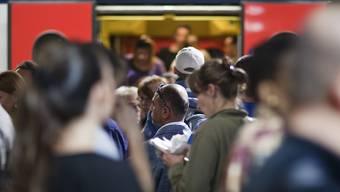 Eine Mehrheit der Pendler in der Schweiz möchte, dass ihnen die Reisezeit zum Arbeitsplatz als Arbeitszeit angerechnet wird. (Archivbild)