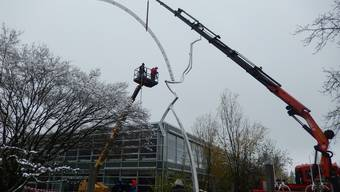 Abbau der Eisenplastik von Schang Hutter vor der Kantonsschule Solothurn