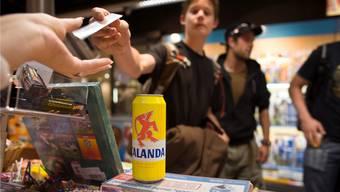 Fast die Hälfte der Verkaufsstellen gab Alkohol an Jugendliche ab. Symbolbild/key